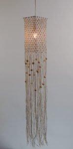 loftlampe-macrame-firkant-bomuld-hvid-lyse-træperler-tændt