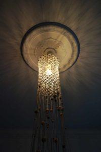 loftlampe-macrame-natur-med-perler-nedefra