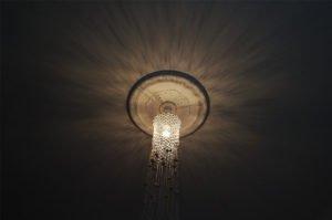 loftlampe-macrame-natur-med-perler-skråt-nedefra