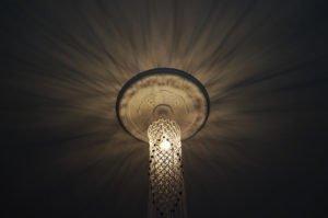 loftlampe-macrame-naturfarvet-med-perler-nedefra