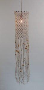 loftlampe-macrame-rund-bomuld-hvid-lyse-træperler-tændt