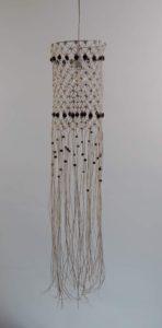 loftlampe-macrame-rund-bomuld-hvid-mørke-perler-slukket