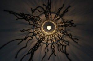 loftlampe-macrame-sort-nedefra
