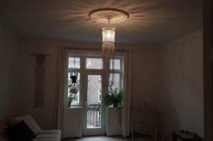 macrame-loftlampe-natur-m-perler-hænger-i-stue