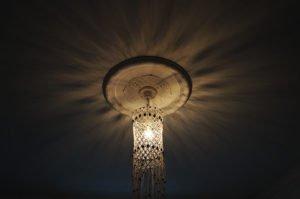 macrame-loftlampe-natur-med-perler-hænger-i-loft