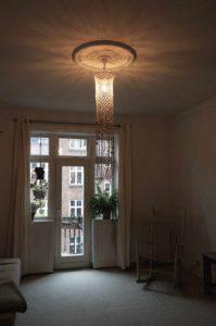 macrame-loftlampe-natur-med-perler-i-stue