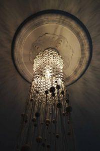 macrame-loftlampe-natur-med-perler-nedefra