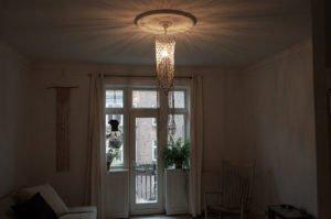 macrame-loftlampe-natur-perler-hænger-i-stue