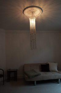 macrame-loftlampe-natur-perler-i-stue