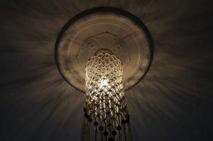 macrame-loftlampe-natur-perler-skråt-nedefra