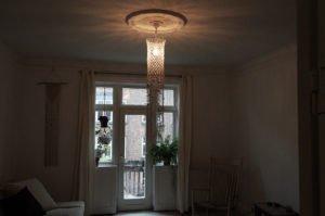 macrame-loftlampe-naturmed-perler-hænger-i-stue