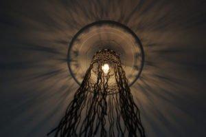 macrame-loftlampe-sort-skråt-nedefra